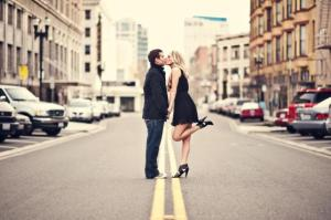 kissing_in_street